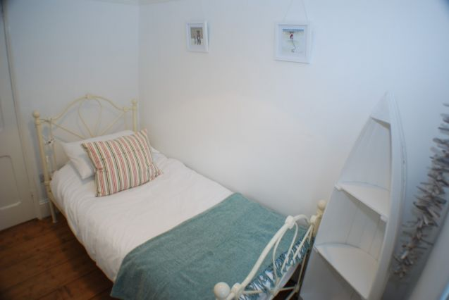 Single bedroom (2)